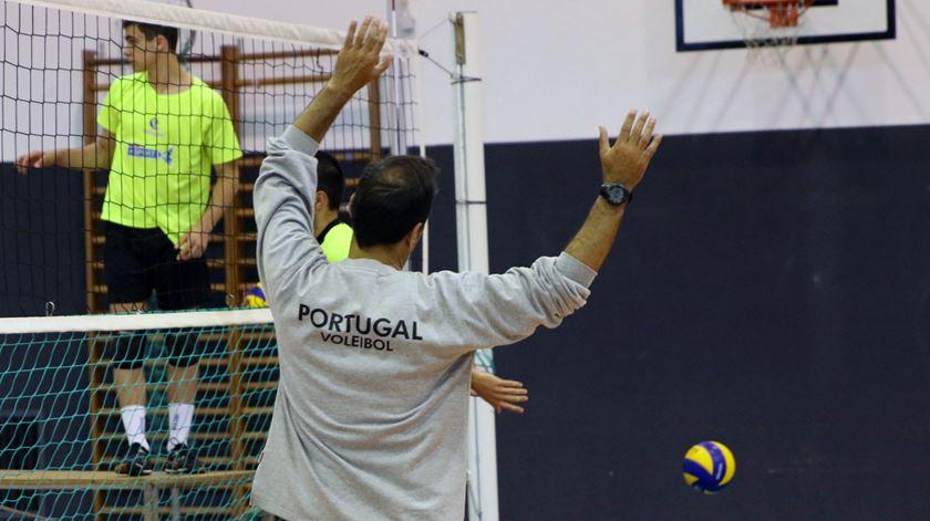 Hugo Silva abre o livro. Das sapatilhas fluorescentes a selecionador de voleibol