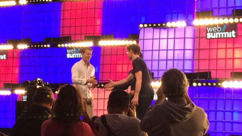 Paddy Cosgrave entrega prémio ao vencedor no final da Web Summit 2018. Foto: Cristina Nascimento
