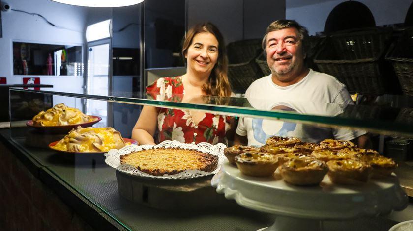 """Cláudia e João no seu restaurante """"Cantinho Português"""", em São Paulo. Foto: Mia Alberti"""