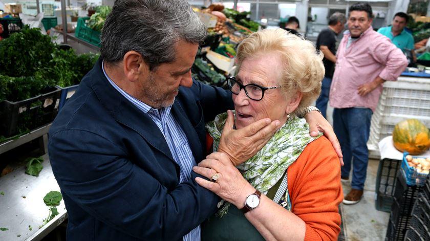 Narciso Miranda numa acção de campanha em Matosinhos. Foto: Gonçalo Costa/RR