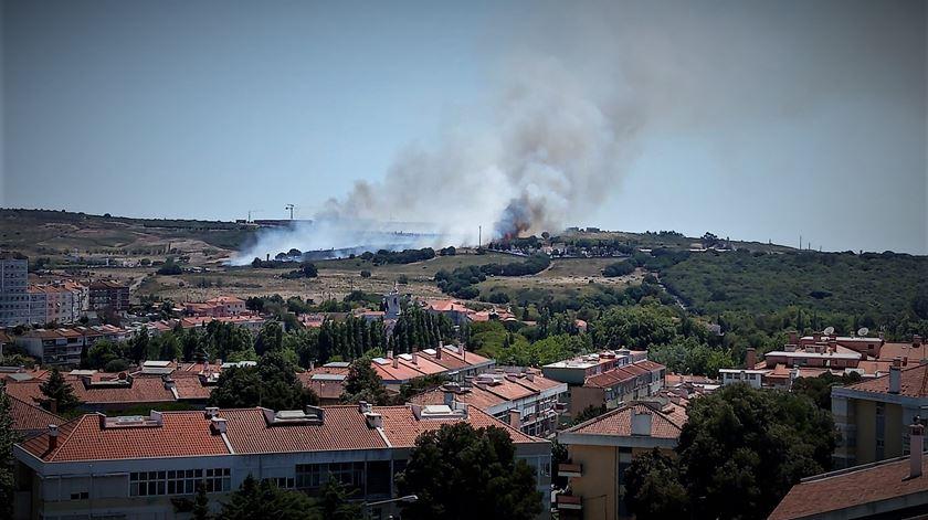 Incêndio deflagra perto do Hospital Amadora-Sintra
