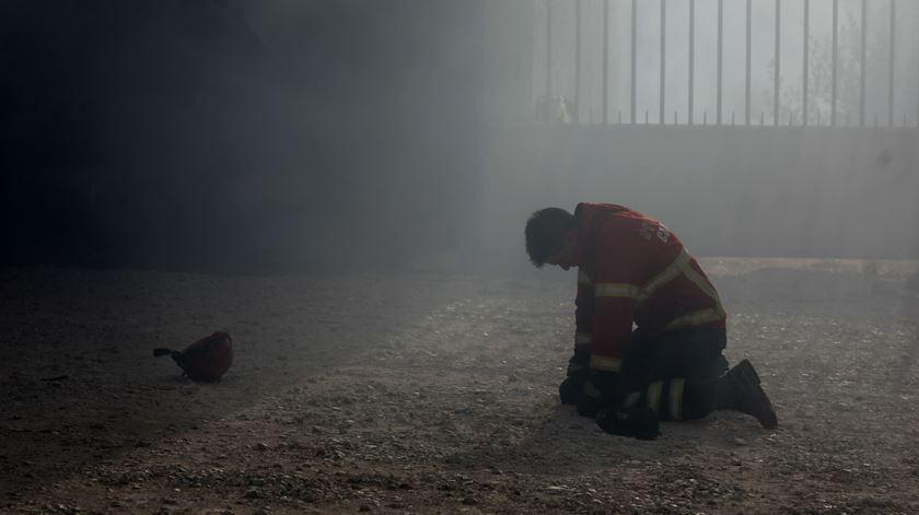 Um bombeiro em dificuldades este domingo no combate ao incêndio que começou na Lousã, em Vila Nova de Poiares. Foto: Paulo Novais/Lusa