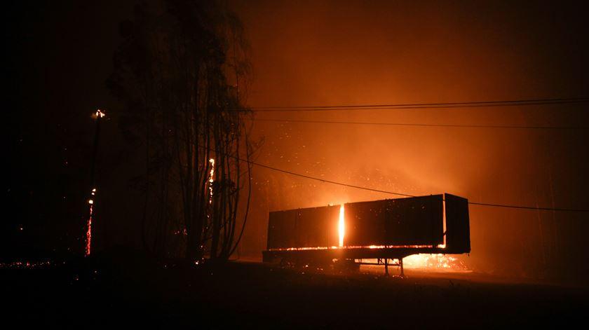 """As chamas, que se alastraram aos concelhos de Figueiró dos Vinhos e Castanheira de Pera, mantêm quatro frentes activas, duas delas com """"extrema violência"""""""