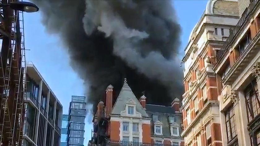 Incêndio em hotel de luxo no centro de Londres