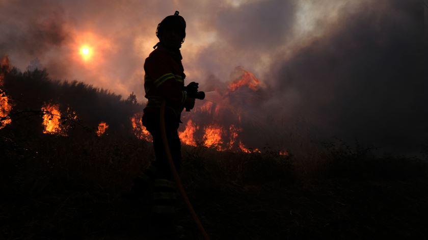 Incêndios em Portugal ocupam cerca de 800 bombeiros esta segunda-feira. Foto: Nuno André Ferreira/EPA