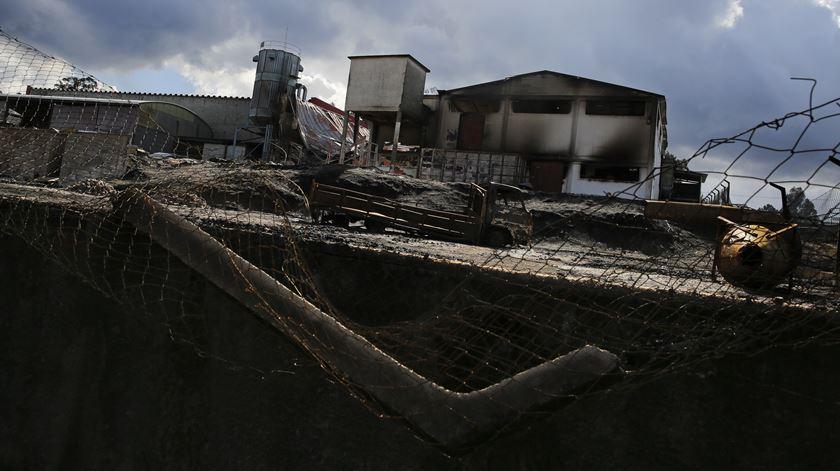 Pelo menos 300 empresas continuam encerradas dois anos depois dos incêndios