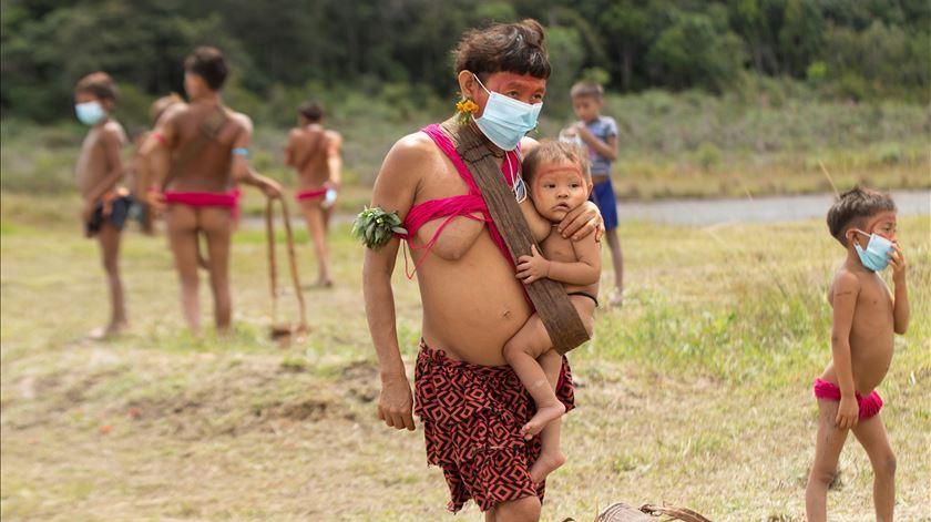 """ONG acusa Bolsonaro de """"fazer pouco"""" para atenuar efeitos da covid-19 nos indígenas"""