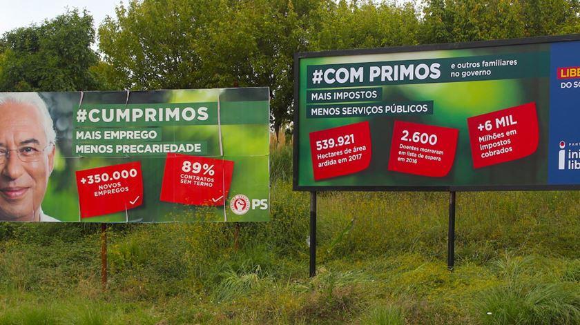 """Voltou a guerra dos cartazes. PS diz """"cumprimos"""", Iniciativa Liberal satiriza """"com primos"""""""