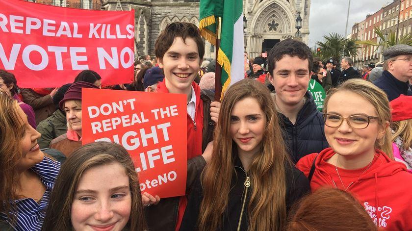 Jovens preparam-se para participar na caminhada contra o aborto, na Irlanda. Foto: Twitter