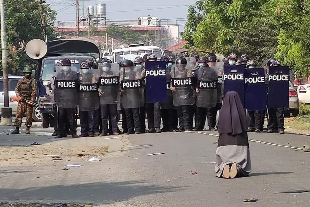 Irmã Ann Nu Thawng enfrenta polícias e militares em Rangum, no Myanmar. Foto: Twitter