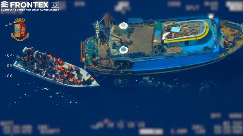 Imagens da UE revelam grupo de traficantes a transportar 81 migrantes no mediterrâneo