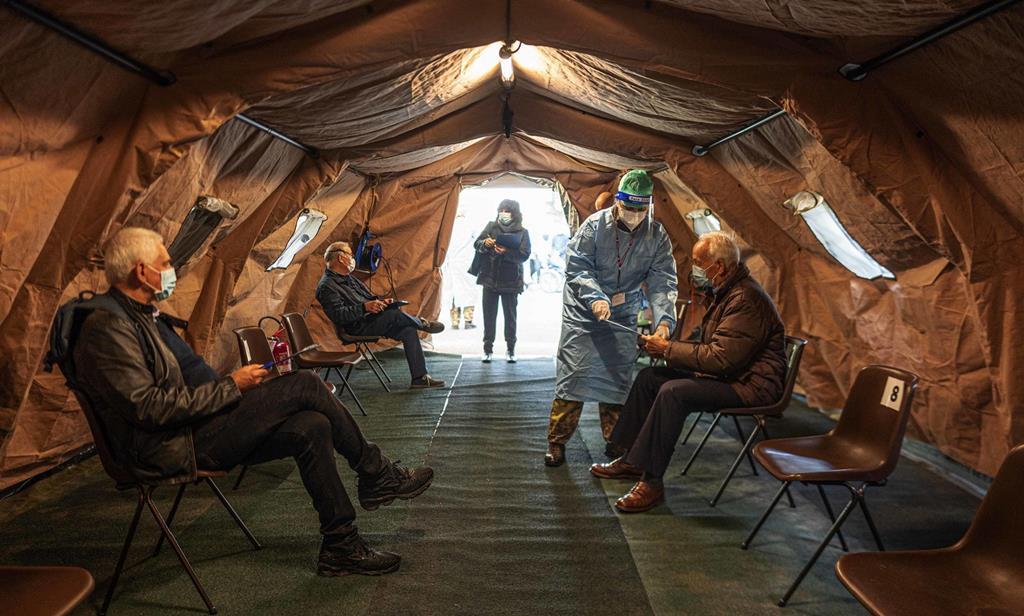 Italianos aguardam a sua vez para receber a vacina contra a gripe, em Milão. Foto: Andrea Fasani/EPA