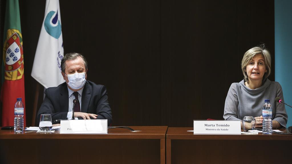 Rui Ivo, presidente do Infarmed, e a ministra Marta Temido na conferência de imprensa sobre plano de vacinação. Foto: Rodrigo Antunes/Lusa