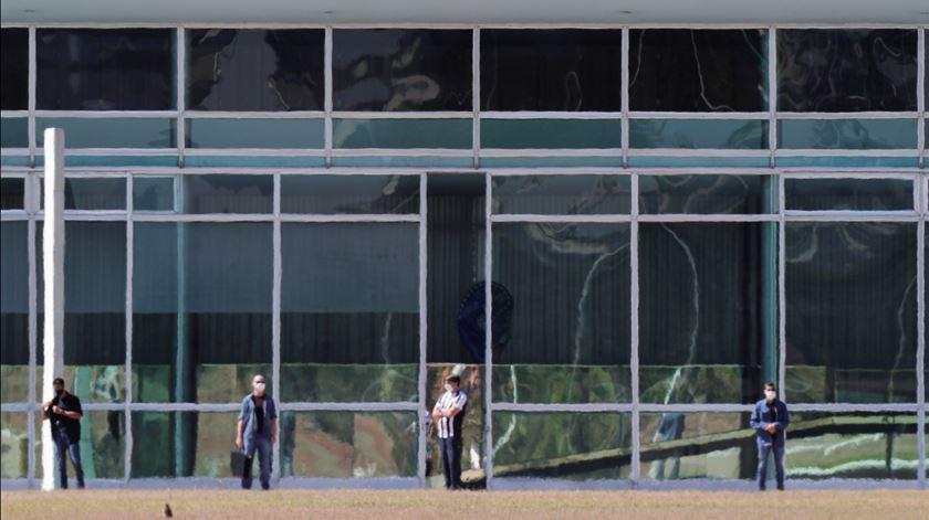 Bolsonaro toma banhos de sol uma semana depois de testar positivo para a Covid-19