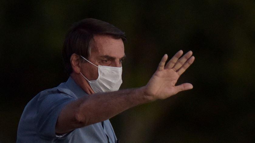 """""""Genocida"""" e """"ditador"""". Brasileiros manifestam-se em Lisboa contra Bolsonaro"""