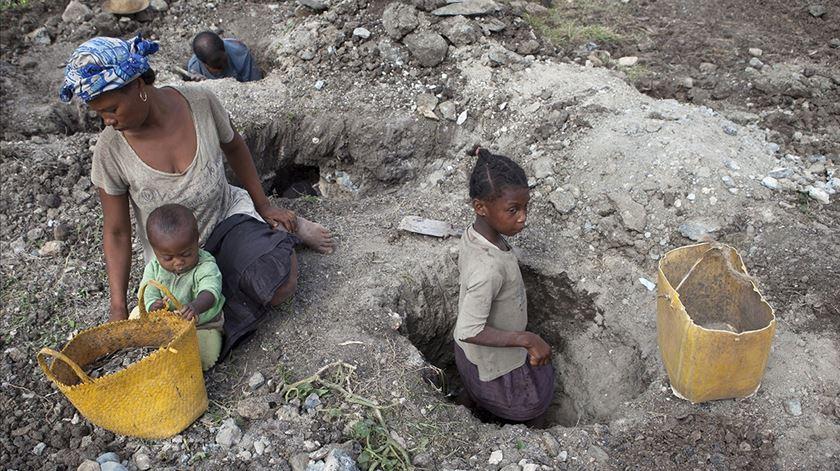 Madagáscar. Maioria dos trabalhadores em minas de mica são crianças