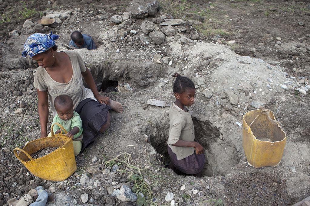 Trabalho infantil em minas de mica, no Madagáscar. Foto: Jan Joseph Stok, Terre des Hommes