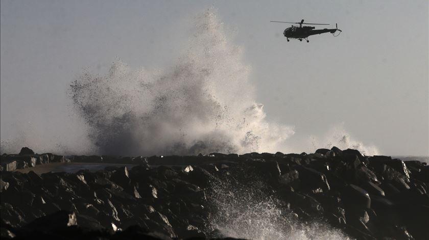 Naufrágio ao largo de Espinho. Resgatado um pescador, mas ainda há desaparecidos