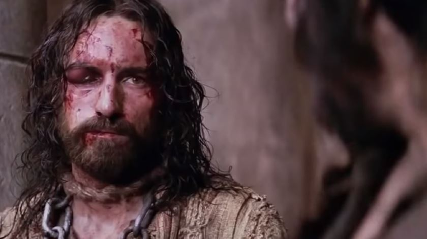 Jesus olha para Barrabás, no filme A Paixão do Cristo, de Mel Gibson. Foto: YouTube