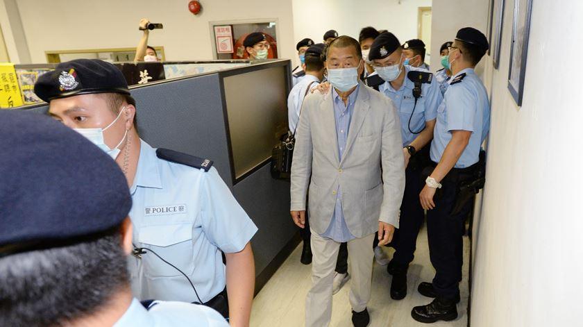 Hong Kong. Magnata da imprensa Jimmy Lai libertado sob caução