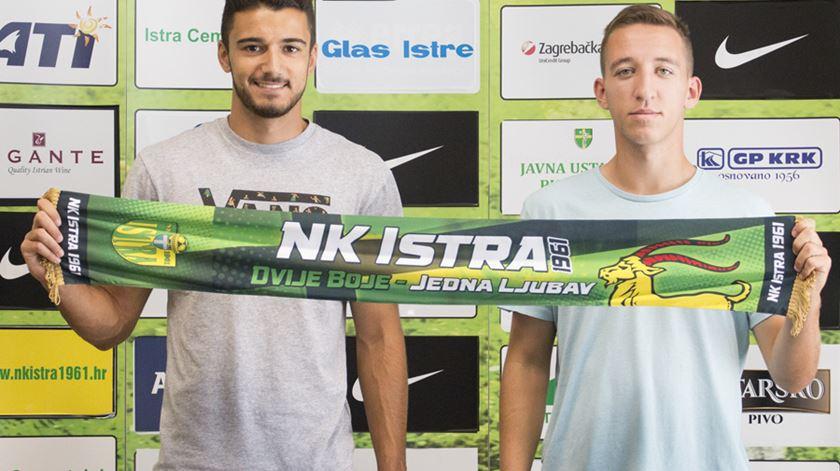 Os dois jogadores já posam com o cachecol do novo clube. Foto: NK Istra 1961