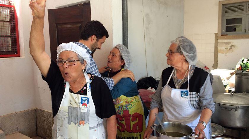 João Ferreira com apoiantes na aldeia do Couço. Foto: Rosário Silva/RR