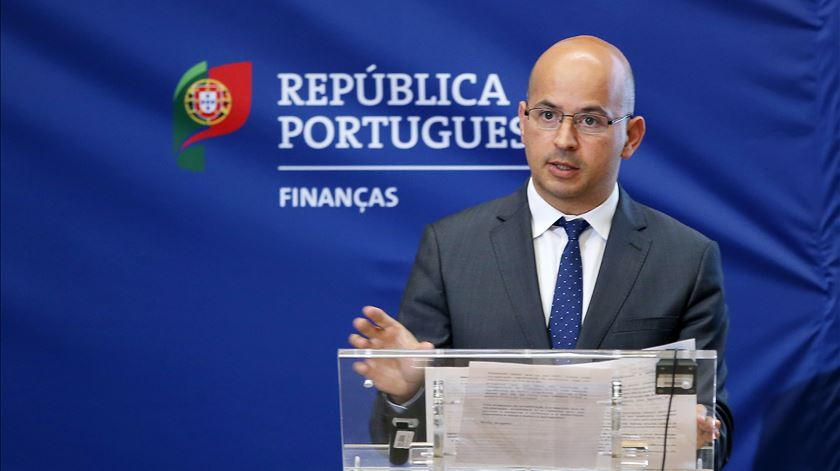 """Novo Banco: Ministro das Finanças admite intervenção do Estado """"enquanto acionista"""""""