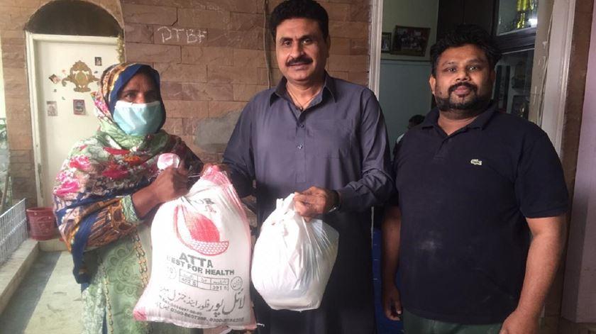 Joel Sahotra a distribuír ajuda alimentar em Karachi, no Paquistão. Foto: Joel Sahotra