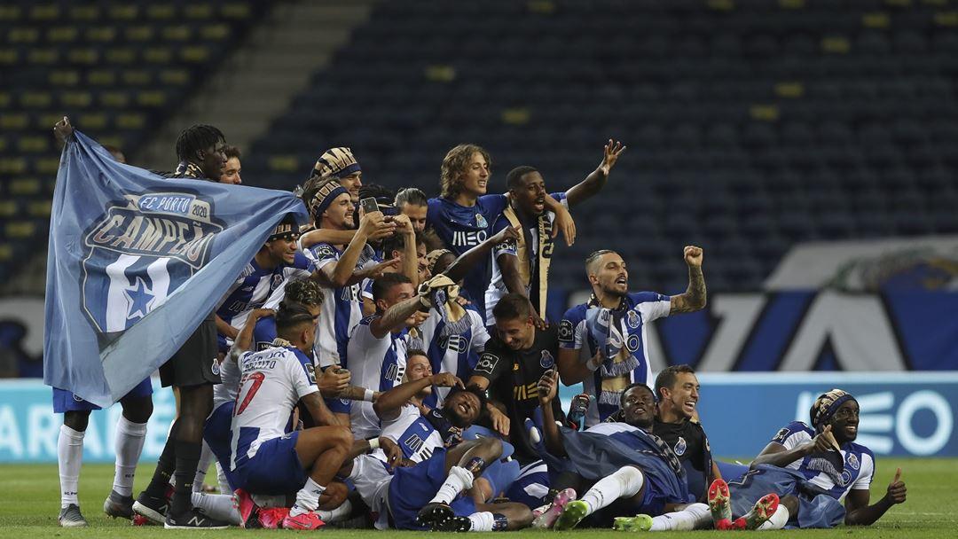 Jogadores do FC Porto posam para foto no final do jogo contra o Sporting. Foto: José Coelho/Lusa