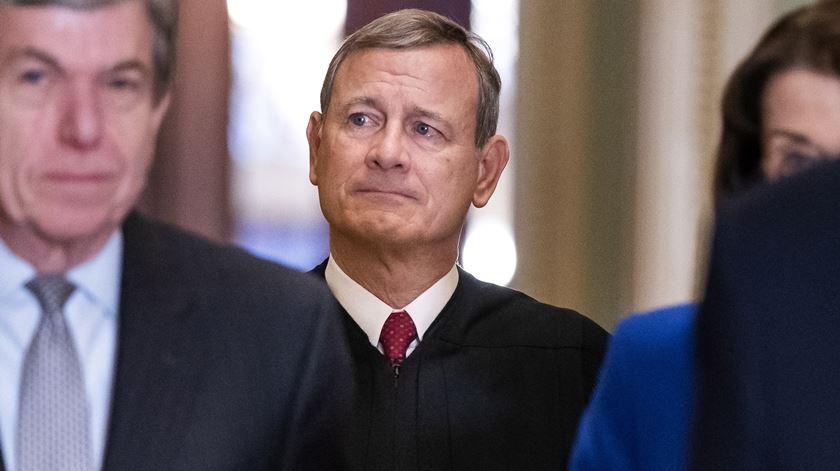 Quem é John Roberts, o juiz que preside ao julgamento de destituição de Trump?