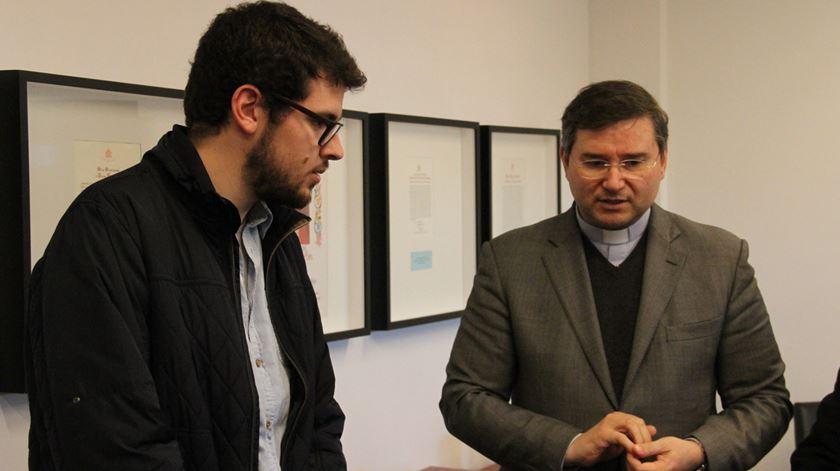 Jornalista João Francisco Gomes com padre Américo Aguiar na entrega do prémio. Foto: Manuel Costa/Ecclesia