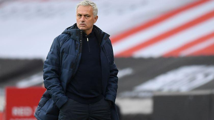 Inglaterra. Mourinho derrota Ancelotti e mantém sonho europeu