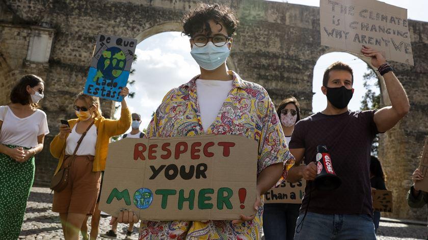 """""""Respeitem a mãe natureza"""", lê-se num dos cartazes do protesto. Foto: Paulo Novais/Lusa"""