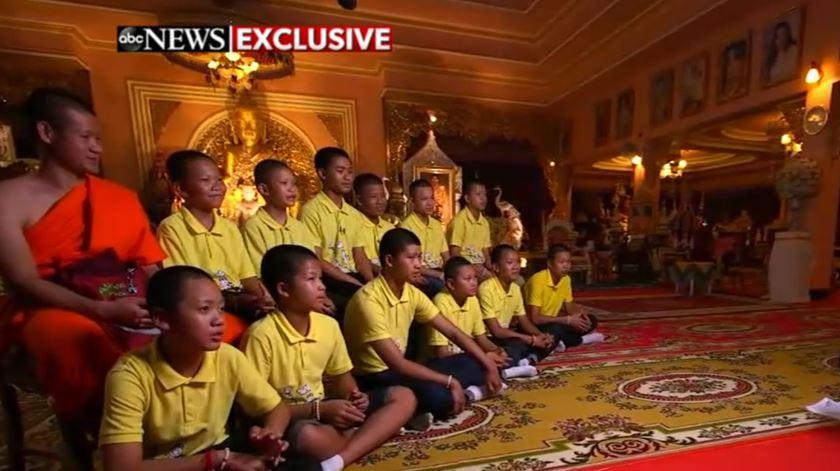 """""""Vamos amar todas as pessoas do mundo"""". A promessa dos jovens salvos da gruta na Tailândia"""