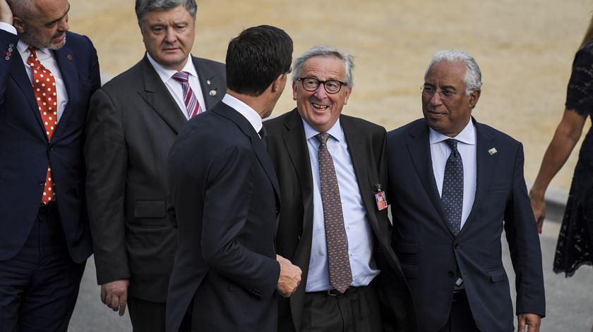 Juncker, depois de ser ajudado por António Costa. Foto: Christian Bruna/EPA