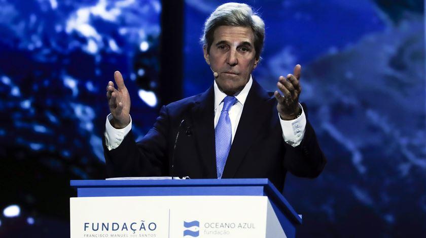 """John Kerry em Lisboa zangado com os políticos. """"Esta é a luta das nossas vidas"""""""