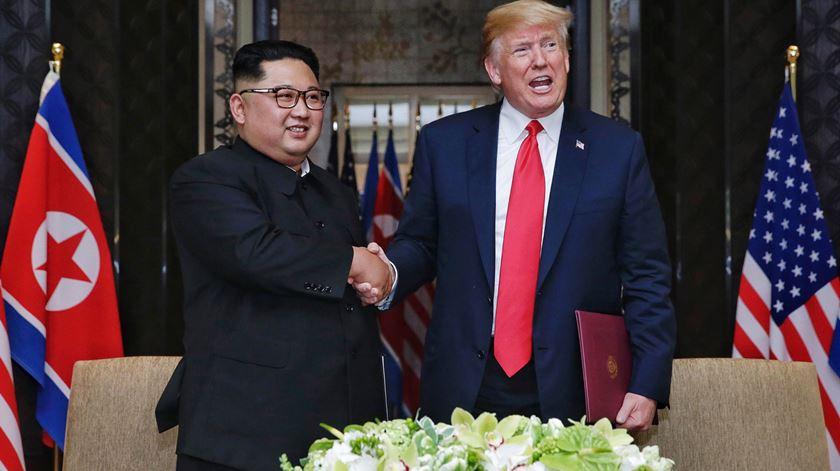 Do aperto de mão à palmada nas costas. As imagens do encontro histórico entre Donald Trump e Kim Jong-un