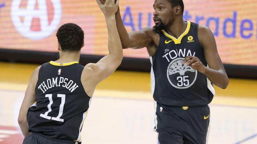 Klay Thompson e Kevin Durant toman conta dos Warriors, na ausência de Curry. Foto: John G. Mabanglo/EPA