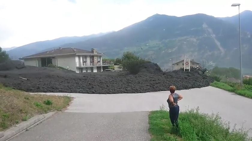 """""""Erupção"""" de lama e pedras invade vila suíça"""