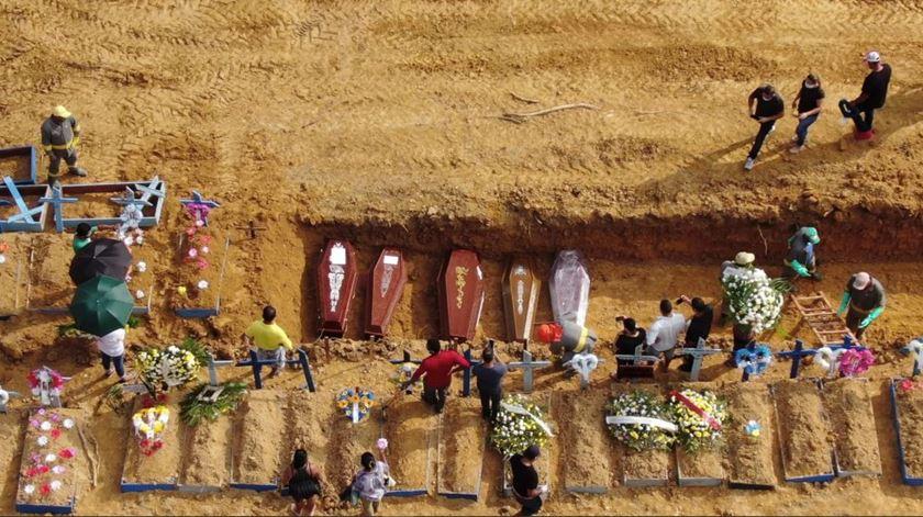 """Covid-19 no Brasil. Manaus enfrenta colapso: """"Há filas de caixões para enterrar e corpos trocados"""""""