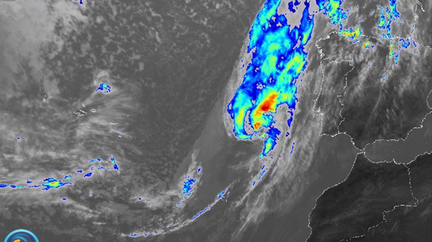"Foto: Tempestade ""Leslie"" às 12h10 deste sábado. EUMETSAT/IPMA"