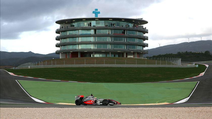 Lewis Hamilton pode tornar-se o piloto com mais vitórias de sempre. Foto: João Relvas/Lusa