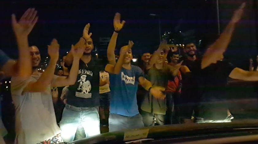 """Líbano. Manifestantes cantam """"Baby Shark"""" para acalmar bebé assustado"""