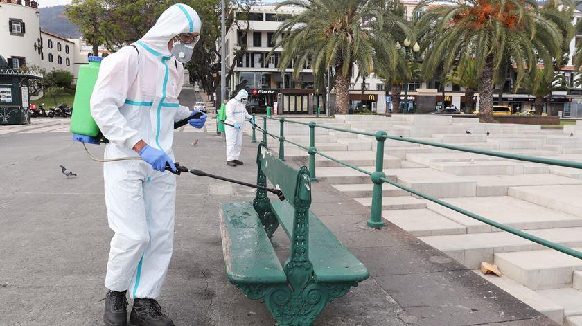 Limpeza e desinfeção nas ruas do Funchal. Foto: Homem de Gouveia/Lusa