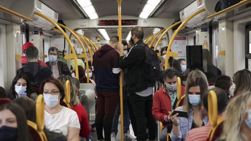Esta quarta-feira, foram poucas as pessoas que se concentraram nos corredores do comboio. Mas os passageiros queixam-se de ajuntamentos diários, na hora de ponta. Foto: Inês Rocha/RR