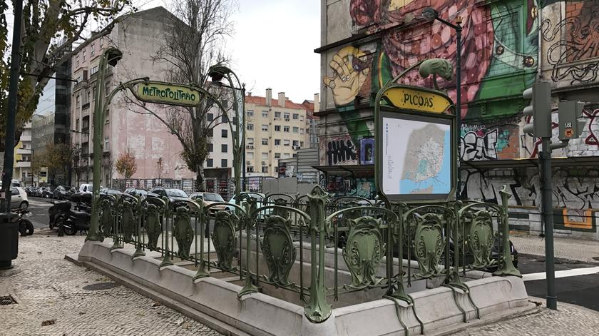 Lisboa. Duas famílias e 31 estudantes retirados de prédio em risco de desabar