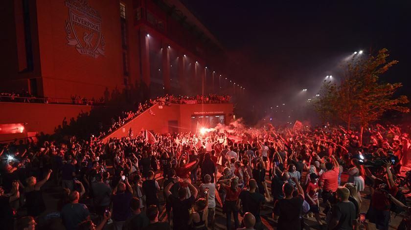 Ingleses desafiam pandemia para festejar campeonato do Liverpool (e para ir à praia)