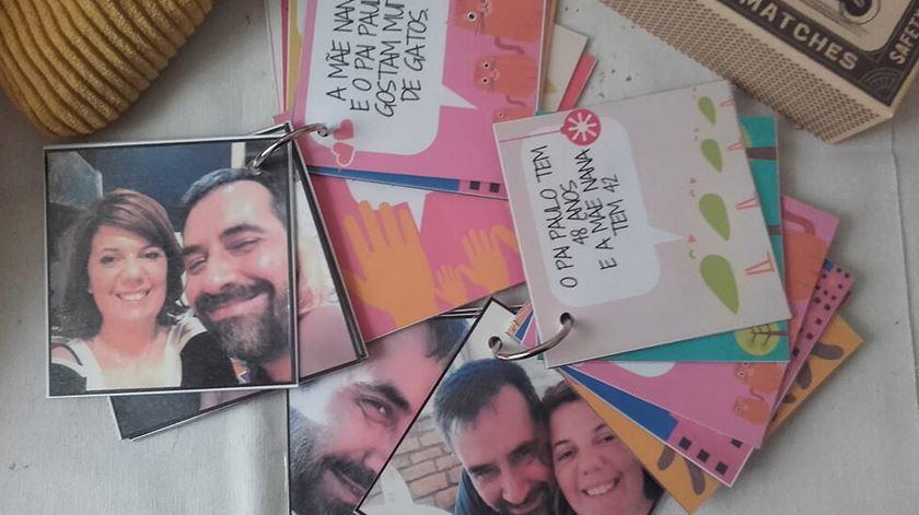 Livro de apresentação com que Ana e o marido foram introduzidos às filhas. Foto: DR