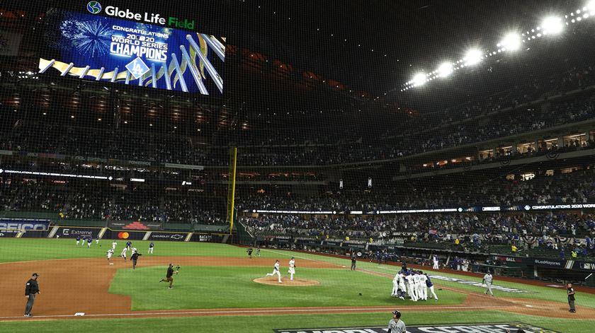 LA Dodgers conquistam título norte-americano de basebol 32 anos depois
