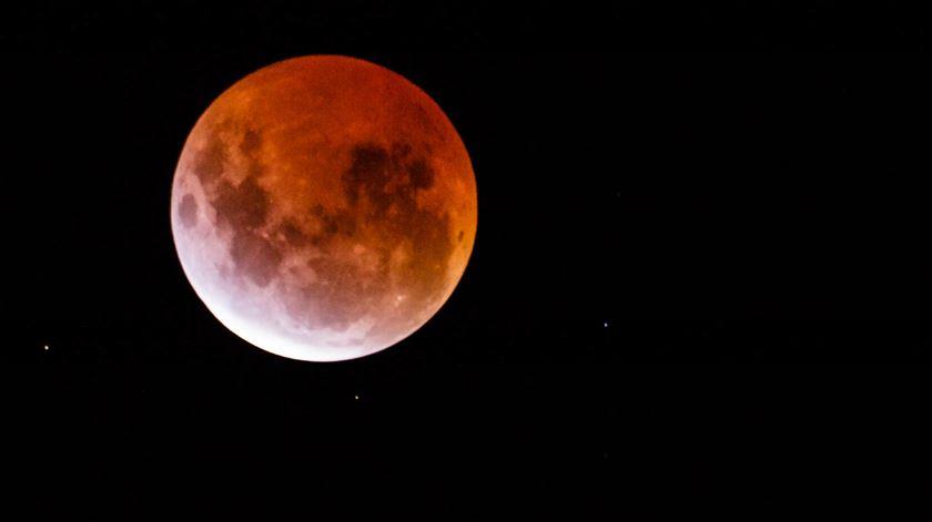 Lua vermelha nos céus de Melborne, Austrália, em 2015. Foto: Scott Cresswell/Flickr.